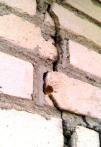 Как правильно заделывают трещину в стене