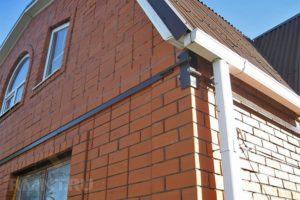 Как делается стяжка стен кирпичного дома своими руками
