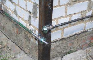 Как делается стяжка стен кирпичного дома