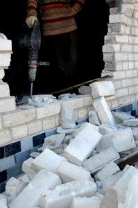 Демонтаж подоконной стены, изготовленной из кирпича