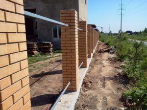 построить забор из профнастила с кирпичными столбами