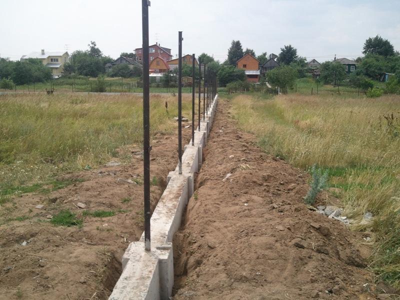 фундамент под забор со столбами