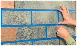 Декоративный материал наносится на стену